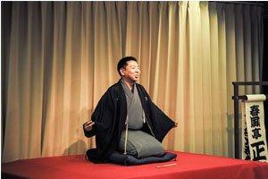 Mann mit Kimono und Haori auf einer Bühne.