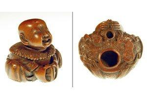 Netsukes wo ein Mönch zu sehen ist. Kupferbraun und mit zwei Löchern zum anbinden.