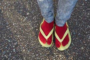 Rote Tabi getragen in einem Zori Stroh Flip-Flop.