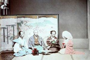 Altes coloriertes bild von japanern. sie tragen kimonos und Haori.
